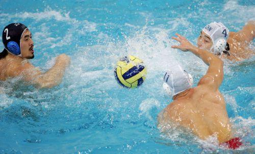 图文:水球决赛中国VS日本 双方激烈的争抢
