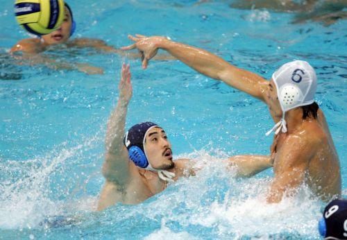图文:水球决赛中国VS日本 中国队员传球瞬间