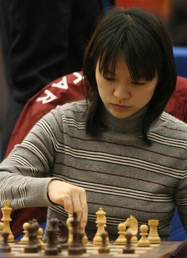图文:亚运国际象棋团体决赛 诸宸在比赛中沉思