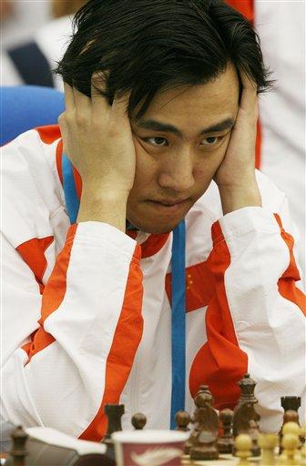 图文:亚运国际象棋团体决赛 卜祥志在比赛中