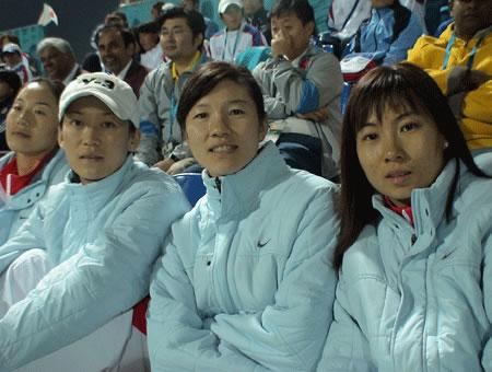图文:男子曲棍球获亚运银牌 女曲姑娘现场助威