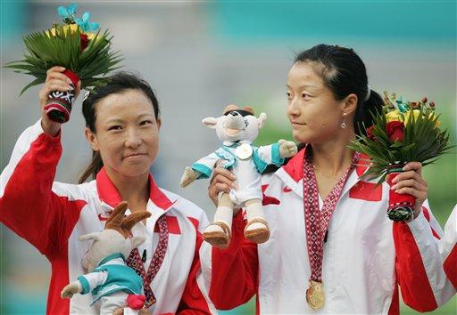 图文:晏紫/郑洁网球女双封后 站在冠军讲台上