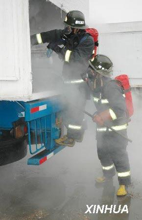 组图:浙江嵊州槽罐车发生液氮泄漏事故