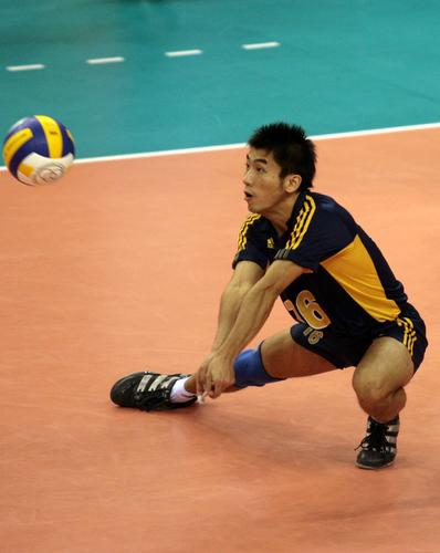 图文:亚运会男排决赛中国VS韩国 韩国队员接球