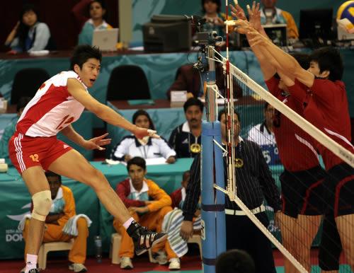 图文:男排决赛中国队1-2落后 沈琼凶猛进攻