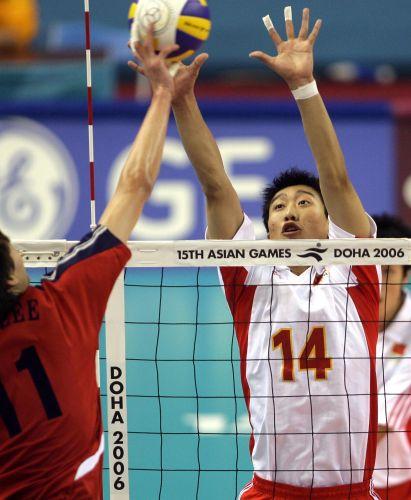 图文:男排决赛中国VS韩国 姜福东进行拦网