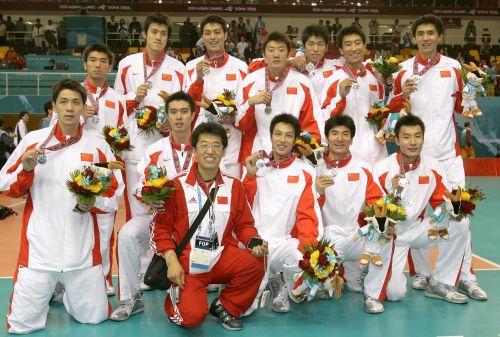 图文:男排决赛中国1-3韩国 中国队员展示奖牌
