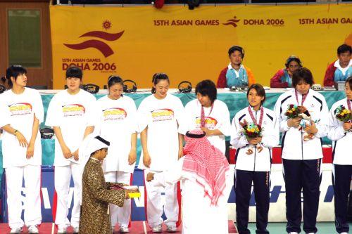 图文:中国女篮90-59中国台北 女篮队员接受颁奖