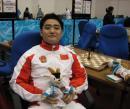 图文:国象团体赛中国夺银牌 王�h与吉祥物合影