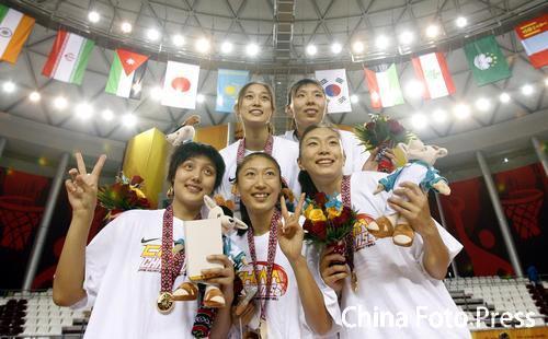 图文:中国女篮战胜中国台北 颁奖仪式队员合影