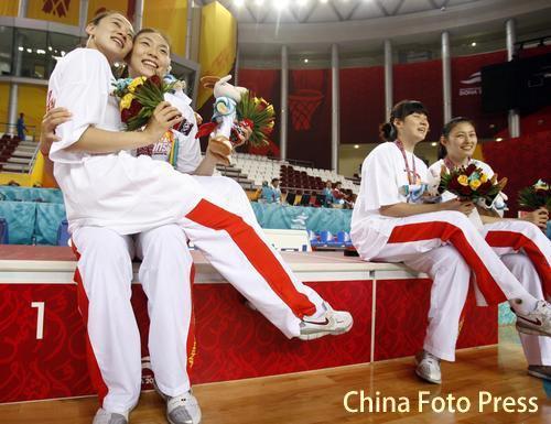 图文:中国女篮战胜中国台北 队员赛后留影纪念