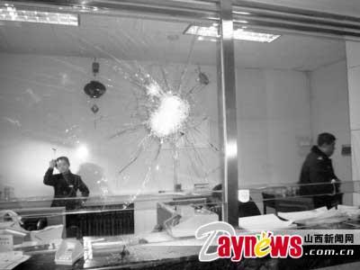 2蒙面男子持铁锤抢劫大同银行 防弹玻璃被砸