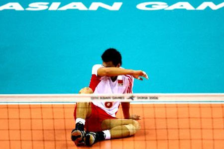 图文:中国男排1-3不敌韩国队 失望的泪水