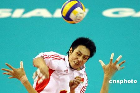 图文:中国男排1-3不敌韩国队 大力扣球