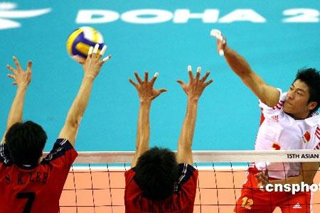 图文:中国男排1-3不敌韩国队 韩国队双人拦网