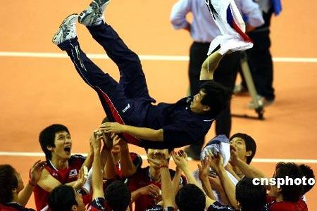 图文:中国男排1-3不敌韩国队 韩队员抛起教练