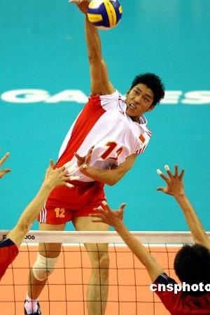 图文:中国男排1-3不敌韩国队 鱼跃扣球