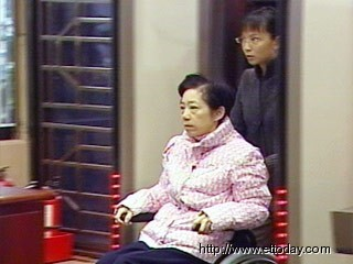 图文:扁妻子吴淑珍出庭应讯 法院外有人抗议