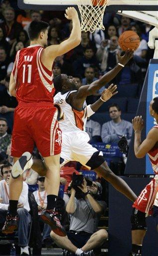 NBA图:火箭半场不敌勇士 姚明封盖对手上篮