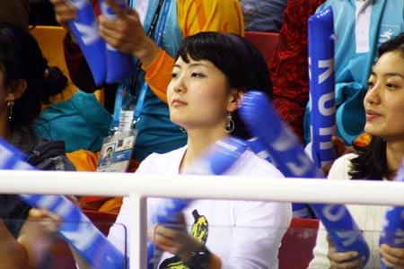 图文:男排决赛观众席上美女如云 为球员加油
