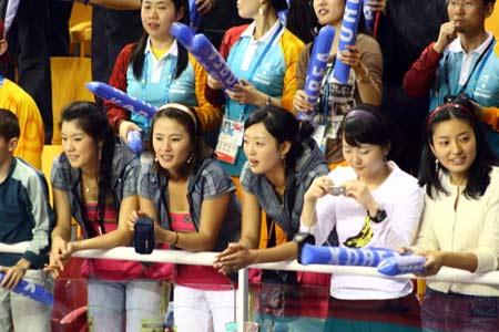 图文:男排决赛观众席上美女如云 看台上的美女