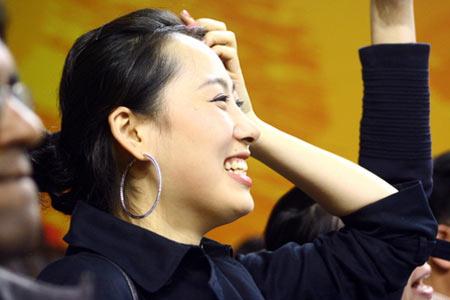 图文:男排决赛观众席上美女如云 灿烂的笑容