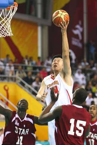 图文:男篮决赛中国VS卡塔尔 王治郅强行上篮
