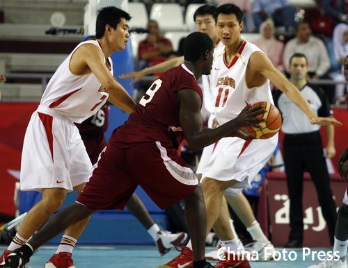 图文:亚运会男篮决赛中国Vs卡塔尔 易建联防守
