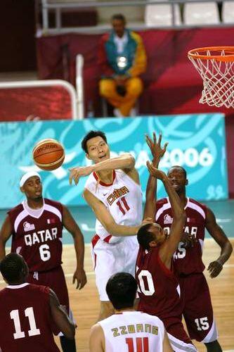 图文:男篮首节中国领先卡塔尔 易建联在比赛中
