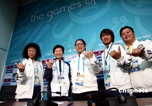 图文:香港代表团公布亚运成绩 展现胜利手势