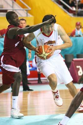 图文:男篮中国领先卡塔尔 王治郅带球过人瞬间