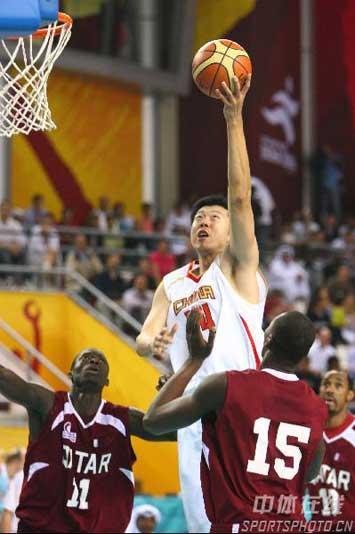 图文:男篮决赛中国卡塔尔拼争激烈 王治郅上篮