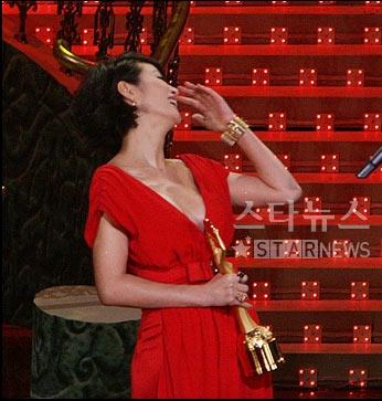 现场:金惠秀凭《老千》突围 夺得最佳女主角