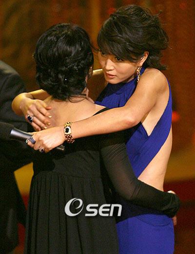 金惠秀获最佳女主角 李英爱真诚拥抱