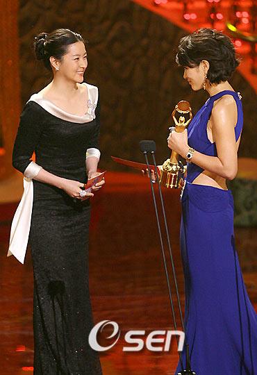 李英爱着黑色长裙 为金惠秀颁奖