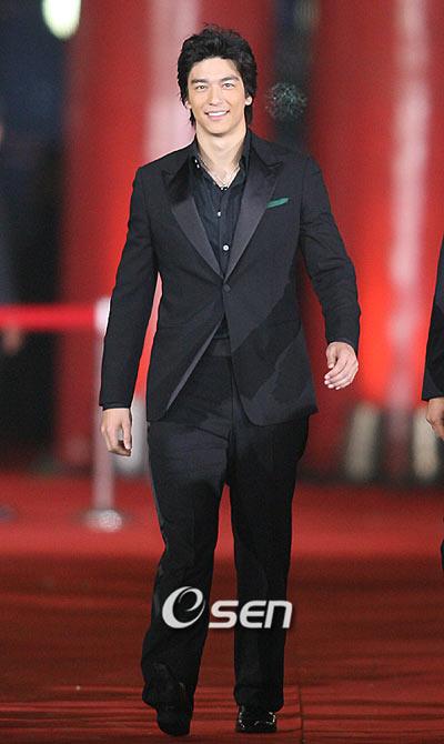 丹尼斯帅气登场 黑色礼服迷倒众生