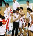 图文:中国男篮夺冠 莫科与主教练尤纳斯拥抱