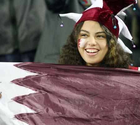 图文:卡塔尔男足夺得亚运冠军 卡塔尔女球迷