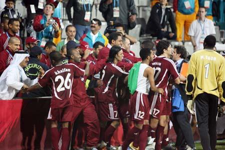 图文:卡塔尔男足夺得亚运冠军 替补队员冲进场
