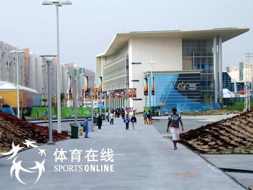 图文:村前小路 闭幕式前的多哈亚运会运动员村