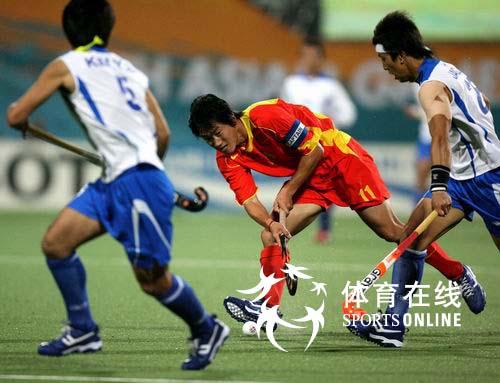 图文:中国男曲1-3韩国 双方在中场拼抢激烈