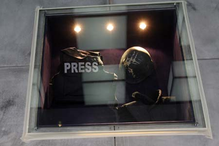 图文:记者参观半岛电视台 战地记者用过的盔甲