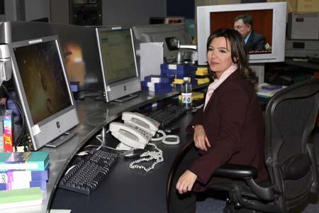 图文:记者参观半岛电视台总部 工作中的女编导