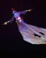 图文:多哈亚运会闭幕式表演 空中飞人表演