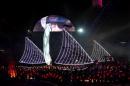 图文:多哈亚运会闭幕式表演 靓丽的船只