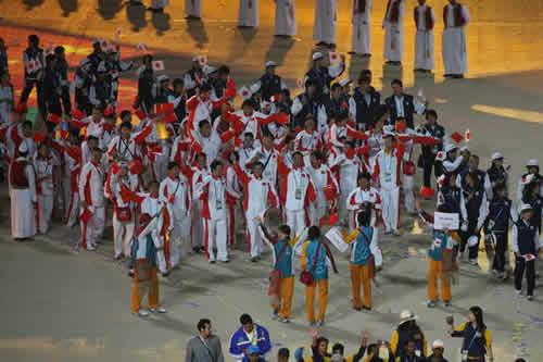 图文:多哈亚运会闭幕式 中国代表团进入会场