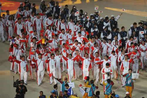 图文:多哈亚运会闭幕式 中国代表团欢呼致意