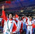 图文:第15届亚运会隆重闭幕 手中挥舞国旗