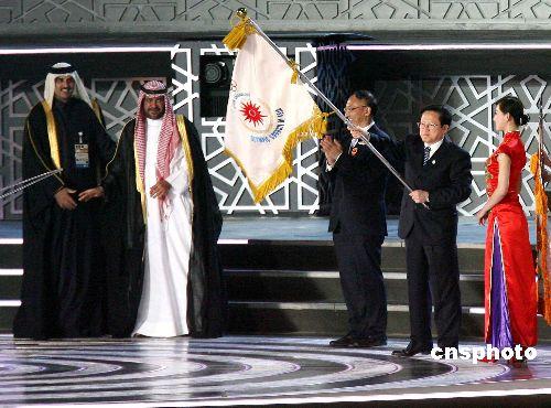 图文:多哈亚运会闭幕式精彩纷呈 广州市长接旗
