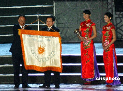 图文:多哈亚运会闭幕式精彩纷呈 会旗转交仪式